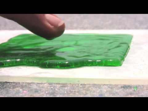 氷をダイヤモンドカットする日本のバーテンダー