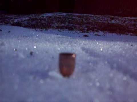 凍った湖に拳銃で弾丸を撃ち込むとどうなるか実験してみた