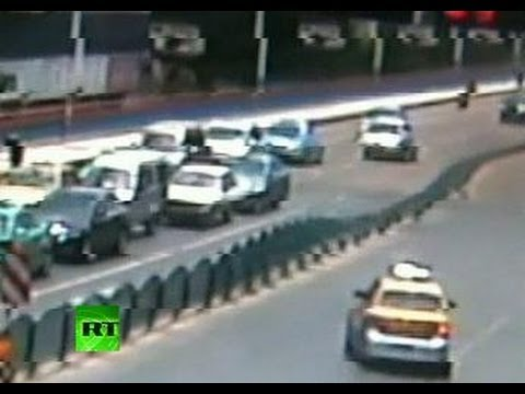 【中国】道路フェンスが芸術的にドミノ倒しになるところを撮影される