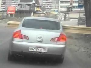 運転免許持ってんのか? フリーダムすぎるロシア女性ドライバー