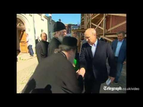 プーチン、司祭からのキスを嫌って危うく左カウンターが出そうになる