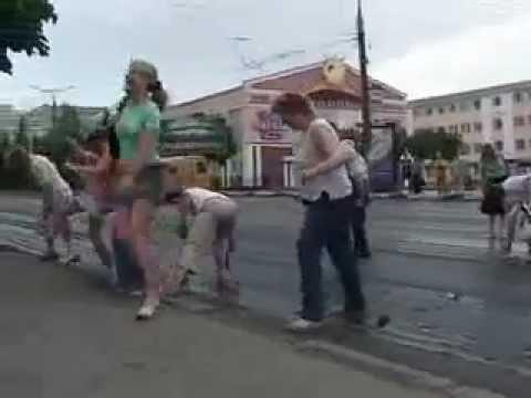 これはヒドイ、、、舗装したての道路を横断するロシアの人々