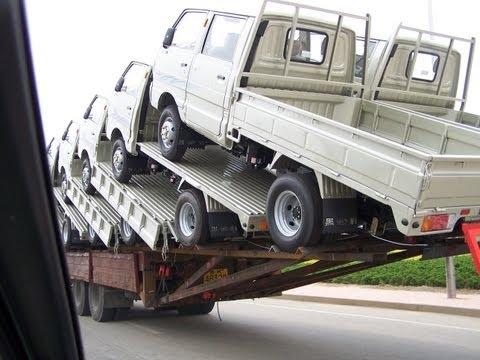 トラックの荷台に18台のトラックを積載!