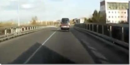 どうやって乗るんだよwww東名高速でハイリフトすぐる集団を撮影したビデオ