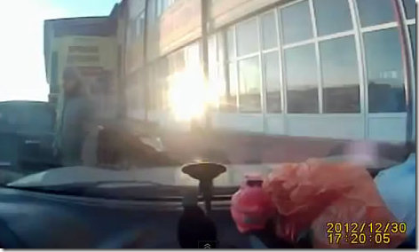 道路に車が飲み込まれる映像が怖すぎる・・・