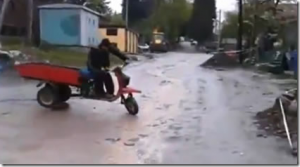 この発想はなかったw 馬車風バイクで颯爽とツーリング