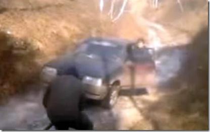 オラオラすり抜けバイクが歩行者を轢きかけるギリギリ動画