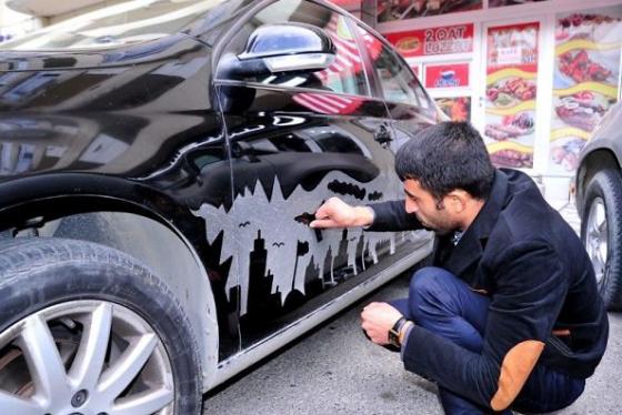 汚れた車をキャンバスにするアーティスト