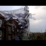 強風でビル工事の足場が吹っ飛ばされる動画