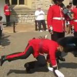 すっ転ぶ衛兵さん。笑ってしまう衛兵さん。衛兵さんたちの珍しい失敗映像集。