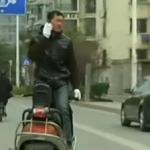 「もしもし~?」スクーターに後ろ向きに乗る男 in 中国