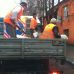 ウクライナの交通局の適当な仕事っぷりwww融雪剤の撒き方が酷いビデオ