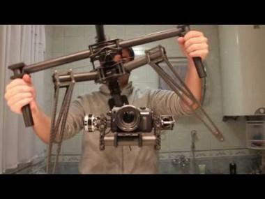 覆面パトカーのパトランプが飛び出す瞬間を上から撮影