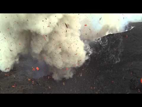 大迫力!!マグマを浴びるほど近くから火山の噴火を撮影してみた!
