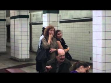 掃除機インパクトデモ。掃除した地下鉄の床の上で食事するよ