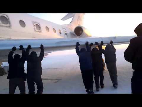 さすがロシア、車輪が凍ったってみんなで押せば大丈夫!