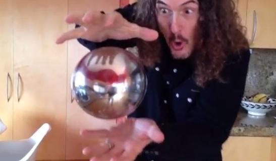 【考えてみよう】 一体どうやって…!? 「銀の球体」が宙に浮く手品!!
