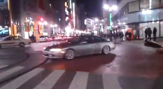 【渋谷】DQNソアラが警察を挑発して交差点ど真ん中でドリフトを行った結果→