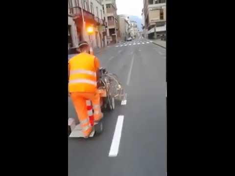道路の白線を手際よく引いちゃう職人の技がすごい!