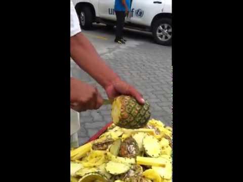 パイナップルをキレイにカットして販売する職人