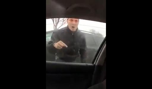 素手でクルマの窓ガラスを割る男!! 怒りの抗議!!