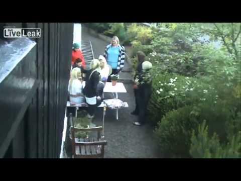 庭でティータイム中の金髪さん達、何を思ったかロケット花火を打ち上げる