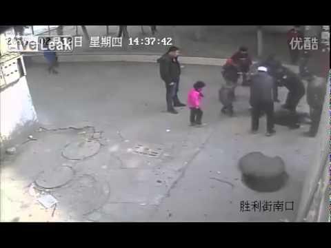 中国の子どもが爆竹マンホールにインしてみたら・・・