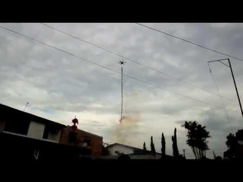 大気汚染がひどい中国、クワッドコプター+爆竹で新年を祝う