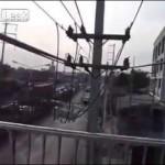 コレはあり得んw 歩道橋を貫通する電話線