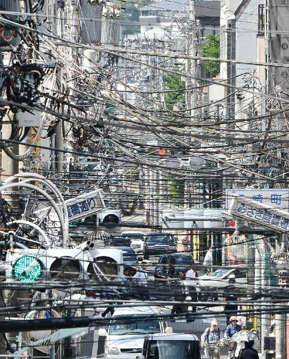 東南アジアあたりの電線がごちゃごちゃした街の風景かと思ったら八王子だった