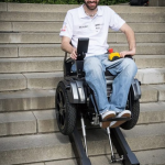 スイスの大学生が開発した、人の手を借りずに自動で階段を上ることができる車椅子がすごい