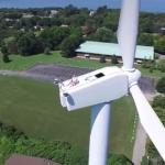 命知らず!? 高度200フィートの風車の上で日光浴を楽しむおじさん