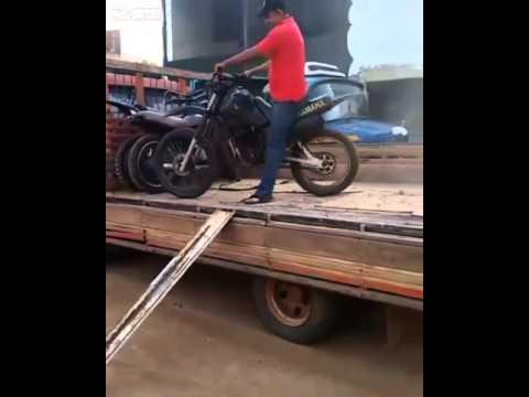 俺バイク屋、かっこよくバイクをトラックから降ろすぜ!