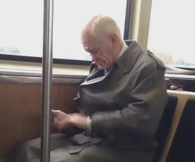 初めてのスマホw 激しくスライドしているおじいちゃん