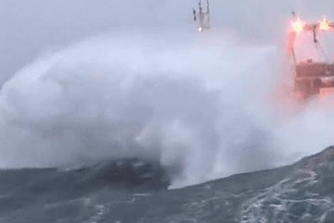 船が荒波でバタフライw