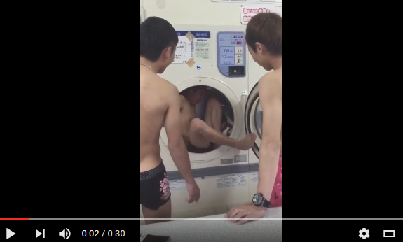 パンツ一丁の大学生数名がコインランドリーで迷惑行為を撮影