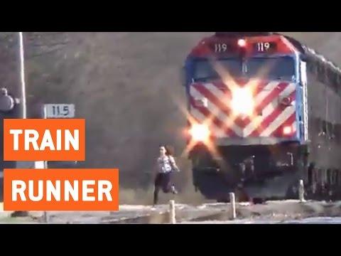 そんなに急いでどこに行く!?電車なんてお構いなし~な女の子