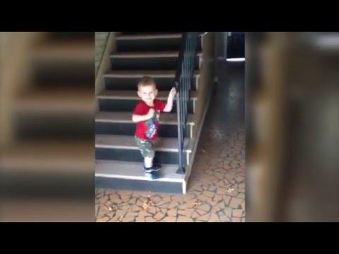手すりを使って慎重に階段を降りる子供、最後の最後で・・・