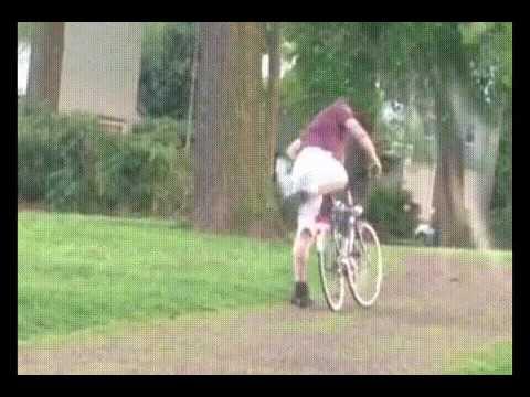 酔っ払いのおっさん、自転車に乗ろうと頑張る