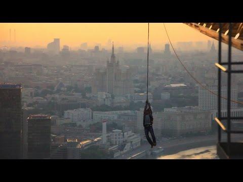 高層ビルのクレーンでスパイダーマンごっこをするロシア人