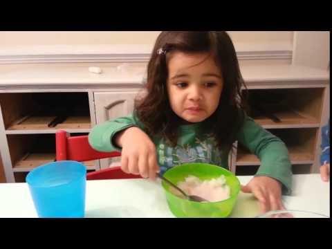 冷たいアイスを食べて自分も固まる女の子とネコ