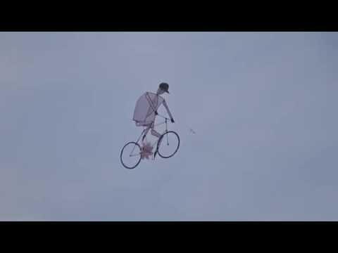 空中を走る自転車が話題に