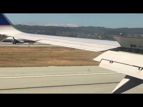 これは珍しい!? 2機同時に着陸する旅客機