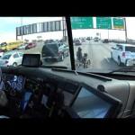 高速道路の真ん中でエンコしてしまったバイクを守るGJなトラックドライバー