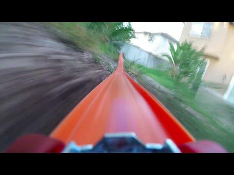 壮大すぎるミニカーコースが凄い!ジャンプあり、宙返りあり、水中あり!!