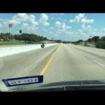 高速道路をヨタヨタ走っているハーレー、なんかおかしいぞ