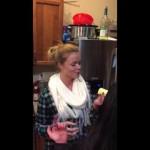 バターを1つまるごと飲み込むブロンド女性