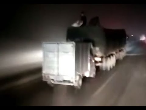 さすが中国! 走行中のトラックから積み荷を盗む現場を目撃!