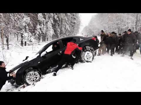 ロシア人「車が雪にはまった?よし、俺たちに任せろ!」