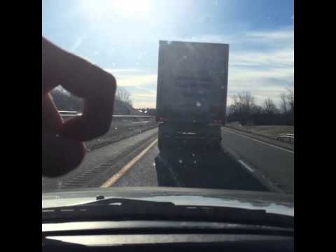 高速道路でトラックが邪魔なときの対処法